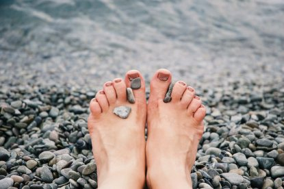 Stones-on-Womans-Feet-Kopie.jpg